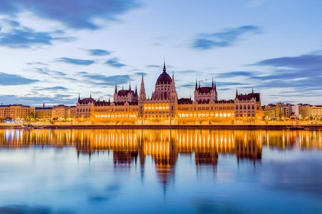 Parlament und flussufer in budapest ungarn während des sonnenaufgangs