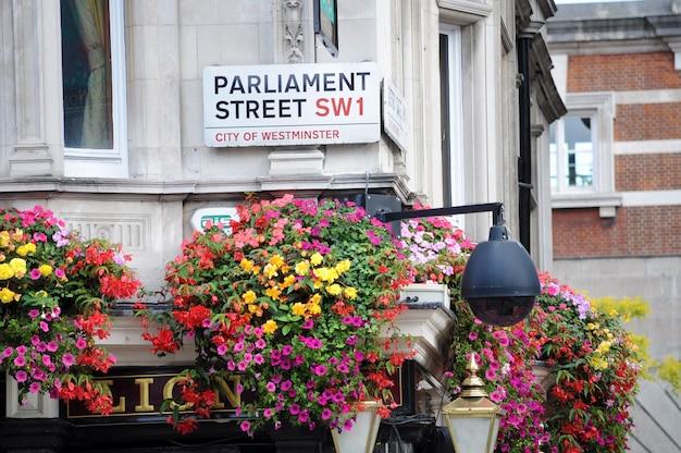 Parlaments-straßenschild in london auf kneipengebäude