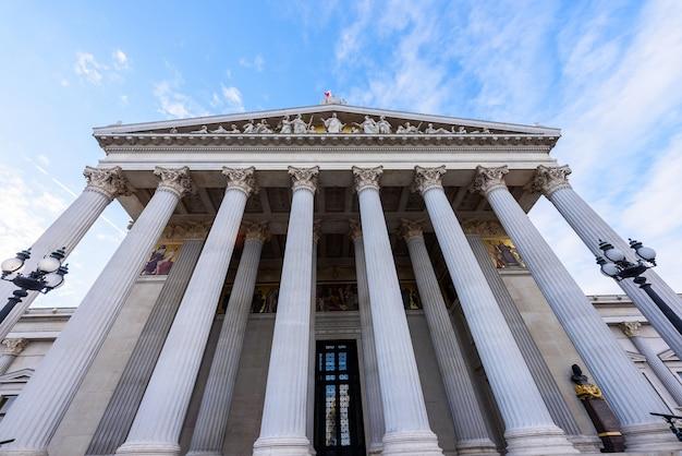 Parlamentshaus in wien, österreich, blick von unten nach oben mit hohen säulen