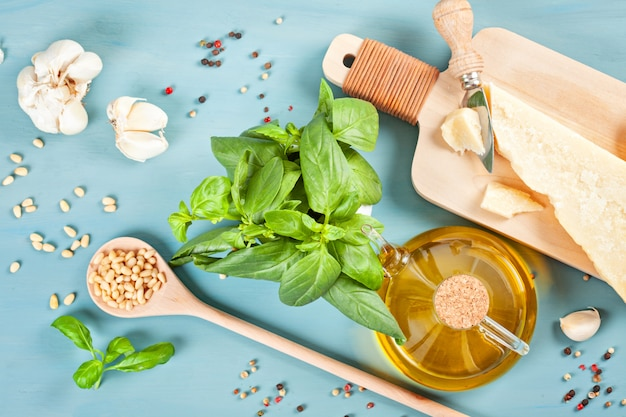 Parmesan, olivenöl, basilikum, knoblauch, pinienkerne - frische zutaten für das pesto-kochrezept. italienisches küchenkonzept