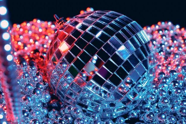 Partei beleuchtet discospiegelkugeln auf schwarzem hintergrund
