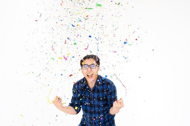 Partei-leute, die mit bunten konfettis im weihnachtsneuen jahr oder im geburtstag überraschen