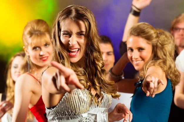 Parteileute, die in discoclub tanzen