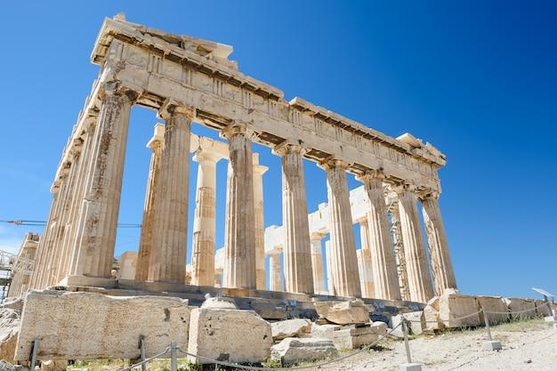 Parthenonspalten am himmelhintergrund