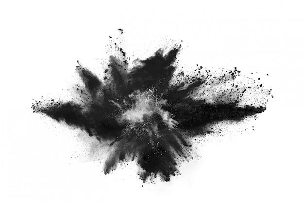 Partikel der holzkohle auf weißem hintergrund