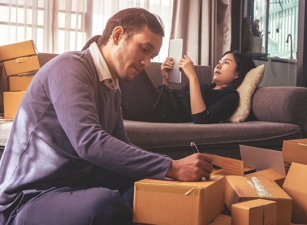 Partner des geschäftslebens ist verpackungskästen für online-shop-lieferung