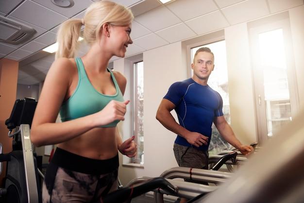 Partner ist eine gute motivation im fitnessstudio