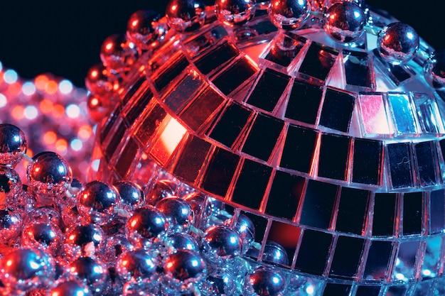 Party beleuchtet discospiegelkugeln auf schwarzem