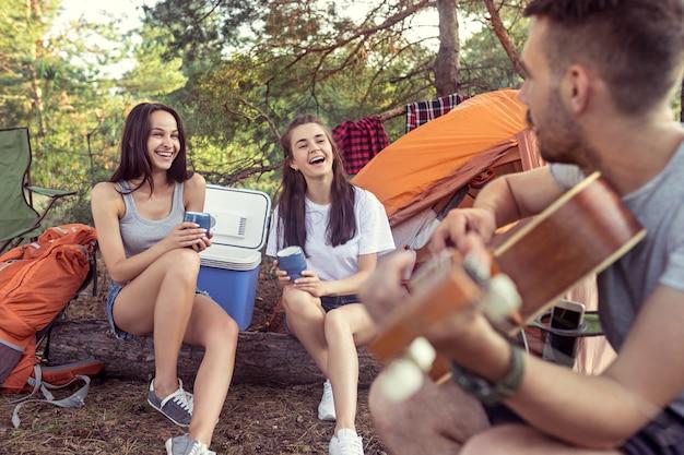 Party, camping der männer- und frauengruppe am wald