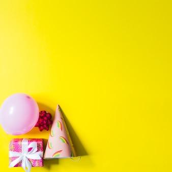 Party-elemente auf gelbem hintergrund