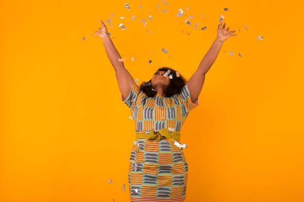 Party-, feiertags- und geburtstagskonzept - glück feiern, junge frau, die mit großem lächeln tanzt