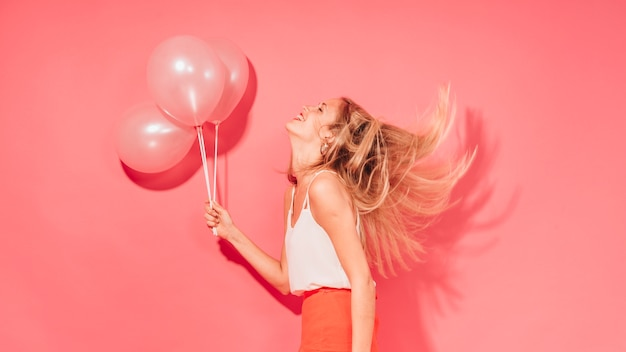 Party-girl posiert mit ballons