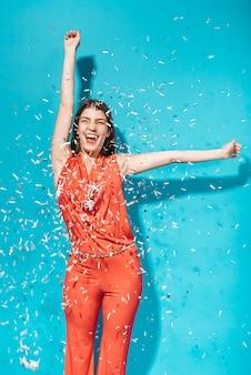 Party-girl posiert mit konfetti