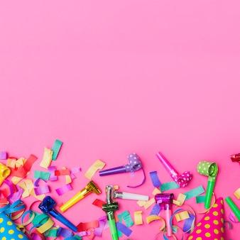 Party hörner auf konfetti
