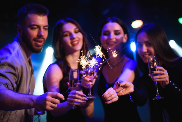Party-leute, die im club feiern