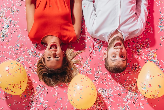 Party leute posieren mit ballons