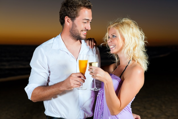 Party mit champagnerempfang am strand