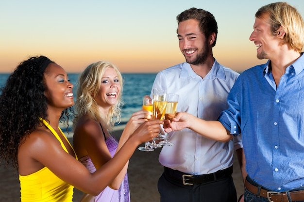 Party mit sektempfang am strand