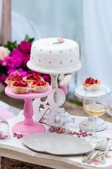 Party schokoriegel mit kuchen und cupcakes
