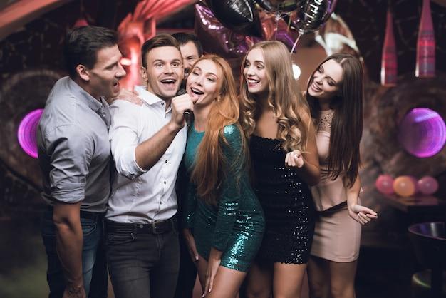 Party-time-leute, die im karaoke-club singen