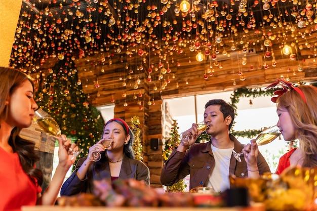 Party von freundinnen und männern, die glück feiern, freunde, heiligabend feiern dinnerparty