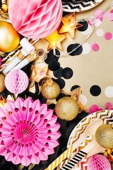 Partydekoration hintergrund. gold, schwarz und rosa farbe. flache lage, ansicht von oben