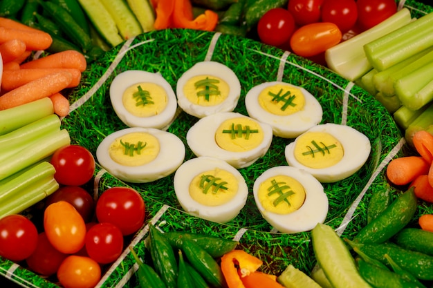 Partytablett mit gemüse und gekochten eiern für super bowl fan