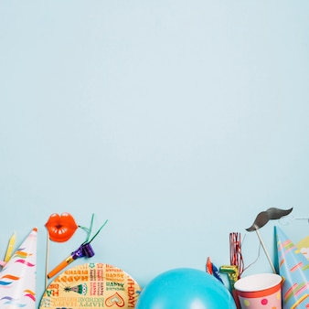 Partyzubehör auf blauem hintergrund