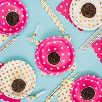 Partyzubehör inmitten von cupcakes