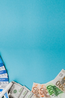 Pass, dollar und euro, flugzeug und flugticket auf einem blauen hintergrund. reisekonzept, kopie, raum