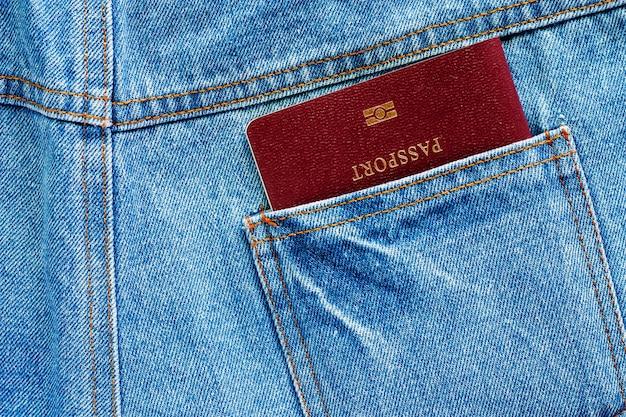 Pass in einer gesäßtasche blauem denimdenim für das reisen ins ausland konzept