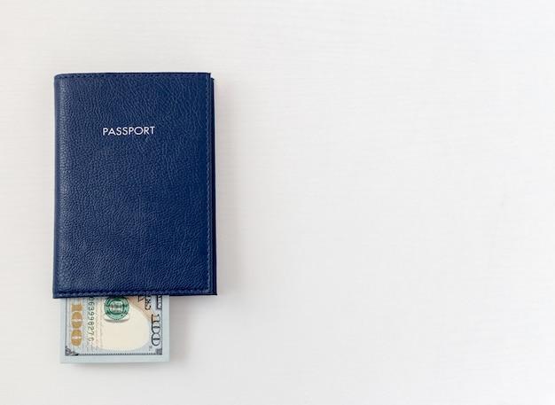 Paß- und dollarscheine auf getrenntem weiß
