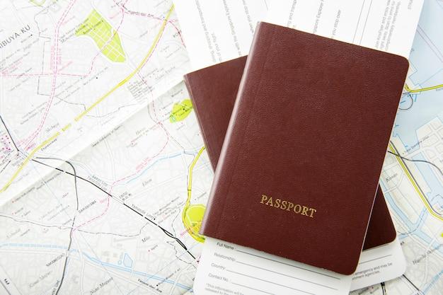 Pass und tickets auf der karte. reisekonzept.