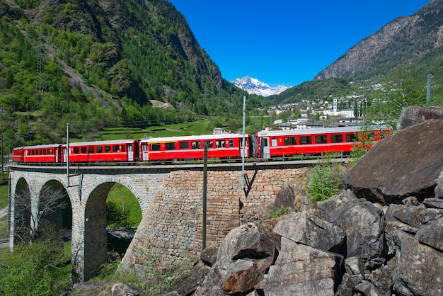 Passage zum brusio helicidal viaduct des bernina red train