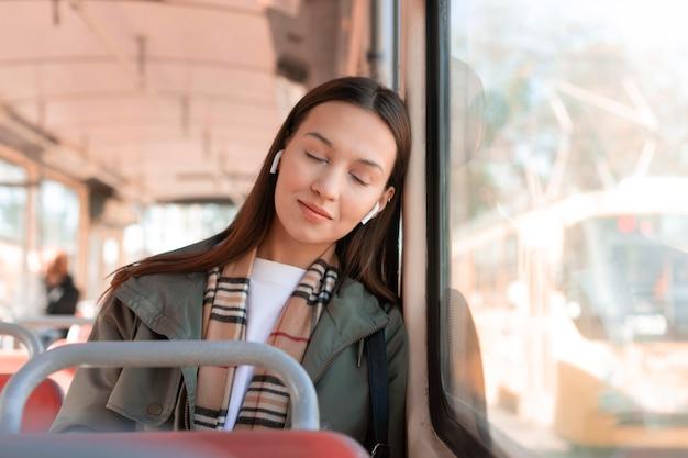 Passagier, der die stadt mit der straßenbahn bereist