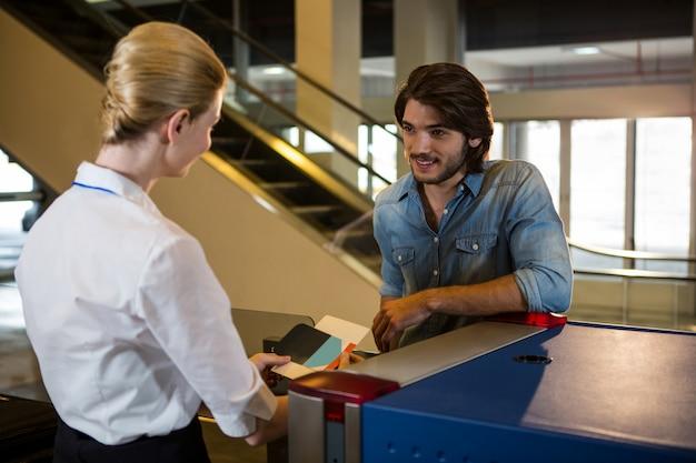 Passagier, der ein gespräch mit weiblichen mitarbeitern führt