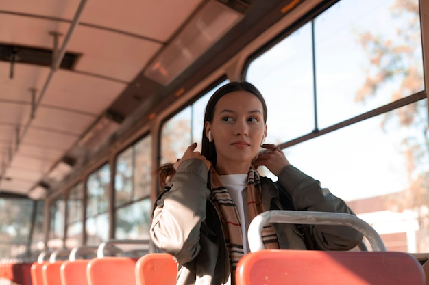 Passagier, der in den öffentlichen verkehrsmitteln der straßenbahn sitzt