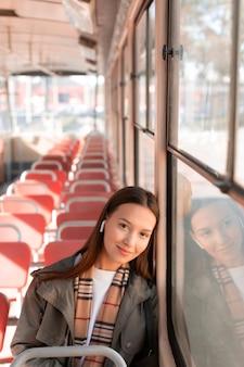 Passagier, der musik in der straßenbahn hört