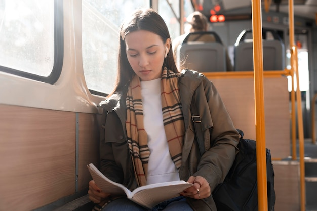 Passagier lesen und mit der straßenbahn fahren