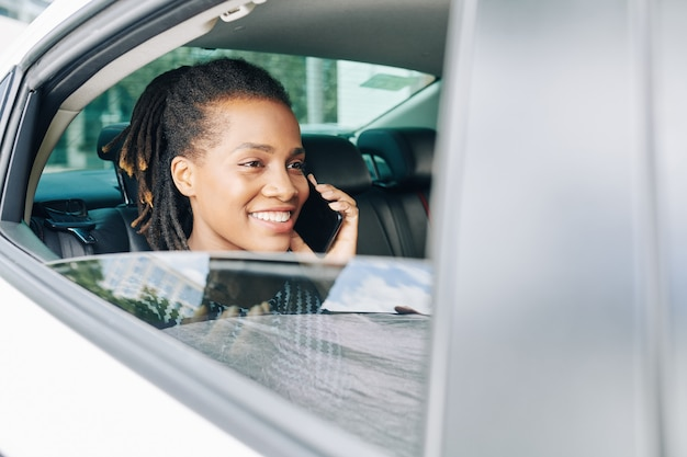 Passagier mit telefon im auto