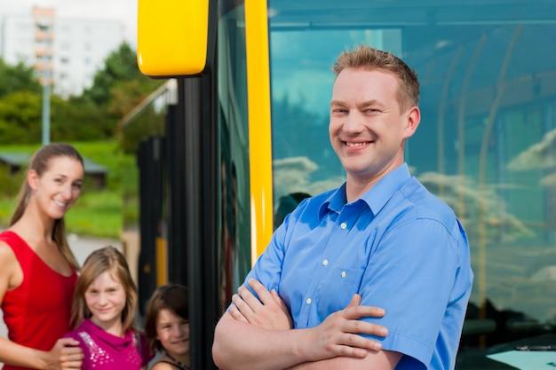 Passagiere, die in einen bus einsteigen