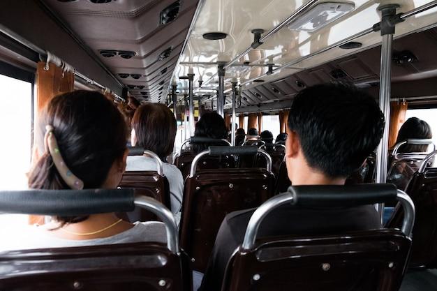 Passagiere im bus, leute im alten öffentlichen bus, ansicht von innerhalb des busses