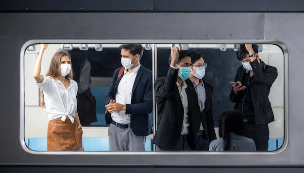 Passagiere im massenschnellbahnzug, menschenmassenpassagier im zug, passagiere, die im skytrain stehen, transport des bangkoker massenverkehrssystems.