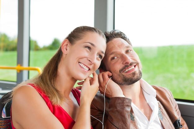 Passagiere in einem bus, der musik hört