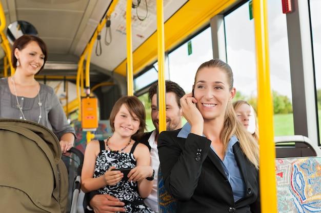 Passagiere in einem bus