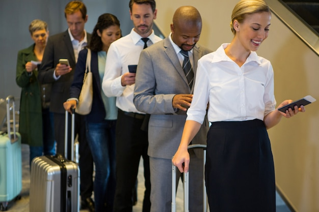 Passagiere in einer warteschlange stehen