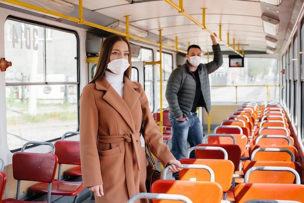 Passagiere in öffentlichen verkehrsmitteln während der coronavirus-pandemie halten abstand voneinander. schutz und prävention covid-19.