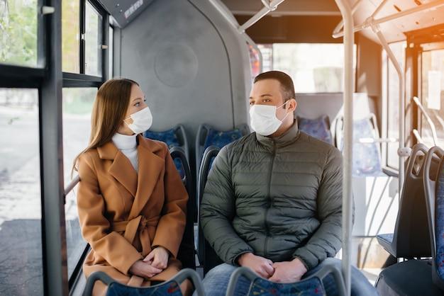 Passagiere in öffentlichen verkehrsmitteln während der coronavirus-pandemie halten abstand voneinander