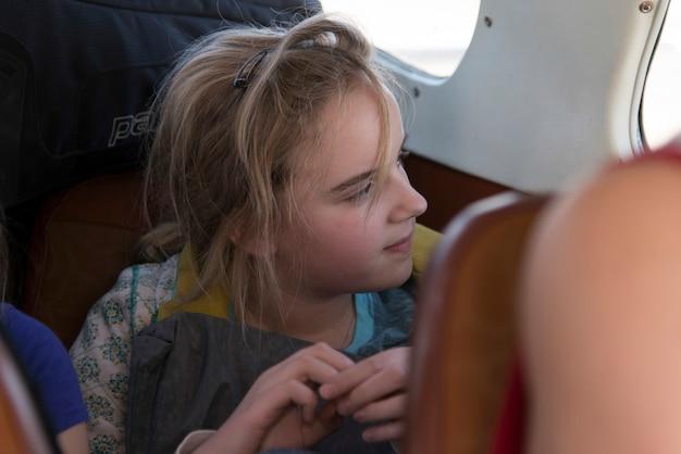Passagiere reisen in einem wasserflugzeug, bay islands, honduras