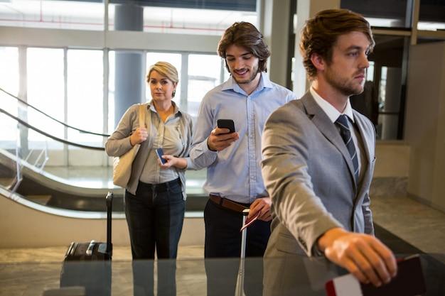 Passagiere stehen am check-in-schalter